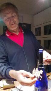 Il Maestro Silvano Zanchi durante la creazione del premio